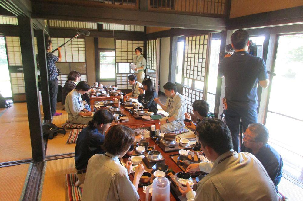 昼食している写真